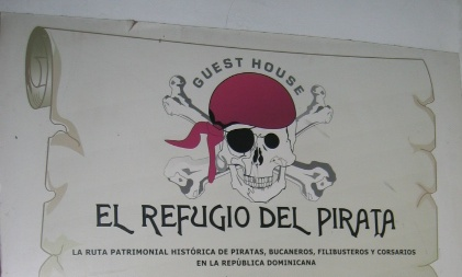 Hotel El Refugio Del Pirata sign