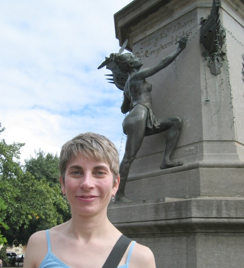 Lucinda next to a statue of Cristoval Colón (Christopher Columbus)