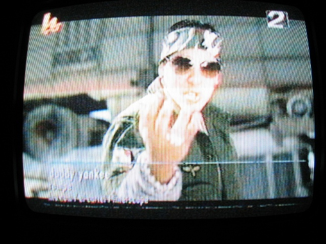 "Daddy Yankee singing ""Rompe"" on HTV"